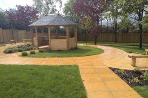 Open-walled garden hut